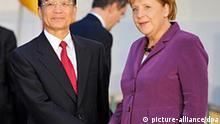 Bundeskanzlerin Angela Merkel (CDU) begrüßt am Dienstag (05.10.2010) den chinesischen Ministerpräsidenten Wen Jiabao vor dem Schloss Meseberg. Der chinesische Regierungschef nutzte seine Teilnahme am 8. ASEM-Gipfel in Brüssel, um zu einem Meinungsaustausch über Fragen der bilateralen Zusammenarbeit und der Beziehungen der EU zu China mit der Bundeskanzlerin zusammen zu treffen. Foto: Hannibal dpa/lbnnull