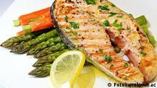 Essen Gericht Lachsfilet gegrillt mit Spargel