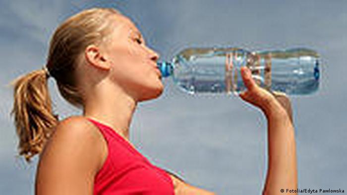 Wasser Umwelt Trinkwasser junge Frau trinkt Mineralwasser