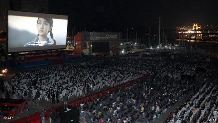 Leute schauen auf eine Filmleinwand (AP)
