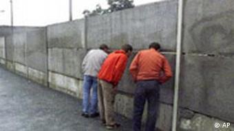 Touristen an der Berliner Mauer