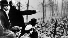 Revolution 1918-19 in Berlin. Protestkundgebung am 25. Dezember 1918 im Berliner Tiergarten gegen den Ueberfall auf die Volksmarinedivision im Berliner Schloss und Marstall vom 24. Dezember 1918. Auf unserem AP-Photo spricht Karl Liebknecht zu den Massen. (AP-Photo/ADN-Zentralbild) 25.12.1918 (Photo für Kalenderblatt)