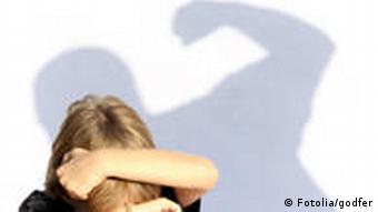 Ребенок, защищающийся от удара