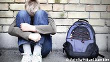 Emotionen Wut Einsamkeit Verzweiflung Trauer Alleine Junge Rucksack