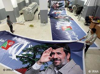 افراد گروه حزبالله در حال تهیه پلاکاردهای تبلیغاتی برای استقبال از احمدینژاد