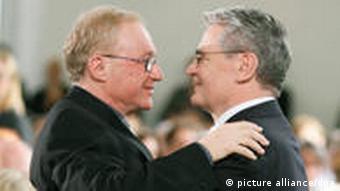 Prize winner David Grossman (l.) and Joachim Gauck (r.) embrace