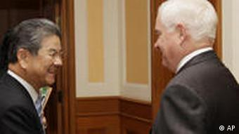 Robert Gates shakes hands with Japan's Defense Minister Toshimi Kitazawa in Hanoi