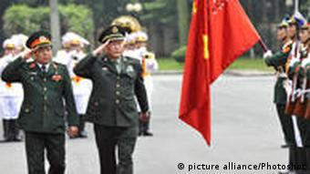 Chinese Defense Minister Liang Guanglie and his Vietnamese counterpart Phung Quang Thanh