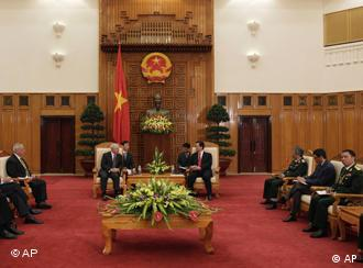 Defense Secretary Robert Gates meets with Vietnam's Prime Minister Nguyen Tan Dung