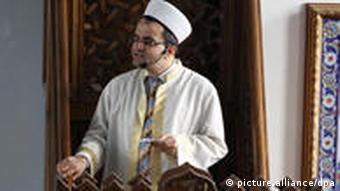 Ein Imam predigt in der Merkez-Moschee in Duisburg (Foto: dpa)