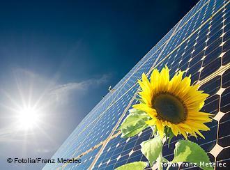 Sonnenblume, Solarenergie im Hintergrund (Foto: Fotolia/Franz Metelec