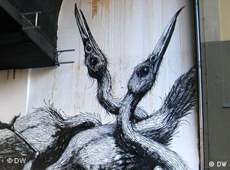 Полумертвых лебедей нарисовал Roa
