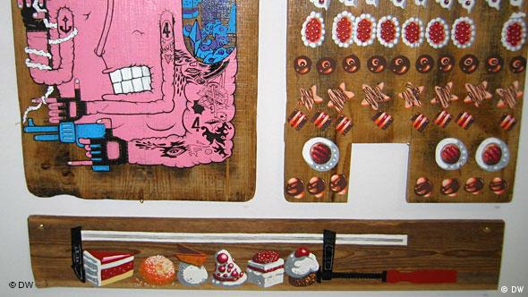Картинки на деревяных досках в экспозиции галереи Klub 7