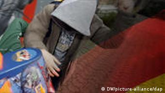Zwei unidentifizierbare Schüler raufen sich (Foto: DW/picture-alliance)