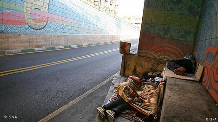 Бездомные спят на улице Тегерана