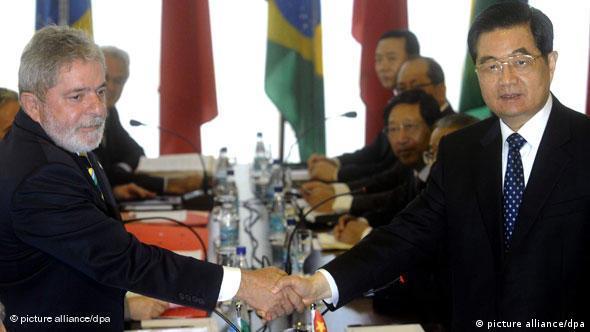 Luiz Inacio Lula da Silva schüttelt mit Hu Jintao die Hände (Foto: EPA/Fernando Bizedrra)