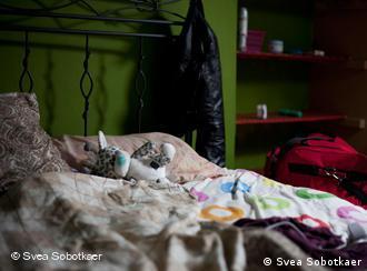 Кровать и лежащая на ней кукла