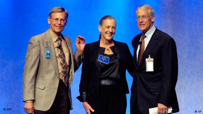 رابسون (راست)، جیمز (چپ) و آلیس فرزندان سام والتون، موسس فروشگاه زنجیرهای والمارت هستند. دارایی رابسون ۹/ ۶۳ میلیارد دلار، جمیز ۷/ ۶۳ میلیارد دلار و آلیس ۵/ ۶۳ میلیارد دلار است.