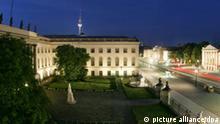 Abendliche Aufnahme der Straße Unter den Linden mit Humboldt-Universität und Staatsoper (r) in Berlin, aufgenommen am 22.07.2006. Foto: Soeren Stache +++(c) dpa - Report+++