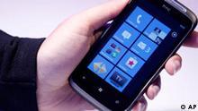 Ein Smartphone auf dem das Betriebssystem Windows Phone 7 installiert ist, liegt am Montag (11.10.10) in Hamburg bei der Vorstellung des Betriebssystems in einer Hand. Das neue Smartphone-Betriebssystem Windows Phone 7 ist ein gemeinsames Projekt der deutschen Telekom mit dem Sofwarekonzern Microsoft. (zu dapd-Text) Foto: Philipp Guelland/dapd