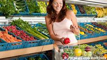 Shopping series - Smiling woman buying vegetable 15515122_CandyBoxPhoto - Fotolia 2009