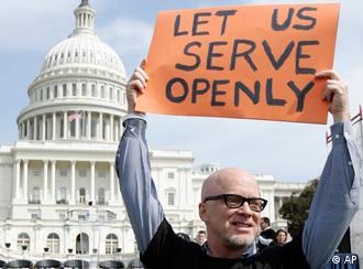 Demonstrant mit Plakat Lasst uns offen unseren Dinest leisten (Foto: AP)