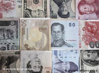 Verschiedene Währungen liegen auf einem Tisch. (Foto: dpa)