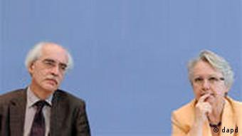 Der Islamwissenschaftler Reinhard Schulze und Bildungsministerin Annette Schavan stellen die Initiative vor (Foto: dapd)