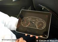آئی پیڈ کی سکرین پر کار کے پورے الیکٹرانک نظام کی تفصیلات نمایاں ہوتی ہیں اور گاڑی کو آسانی کے ساتھ کنٹرول کیا جا سکتا ہے