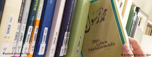 Bücheregal mit wissenschaftlichen Texten zum Propheten