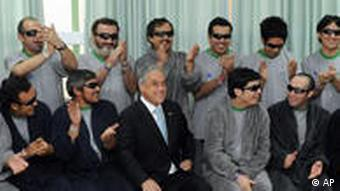 Президент Чили со спасенными шахтерами