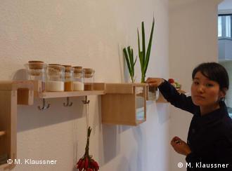 Designerin Jihyun Ryou mit ihrem alternativen Kühlschrank (Foto: Miriam Klaussner / DW)