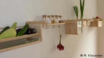 Der alternative Kühlschrank an der Wand (Foto: Miriam Klaussner / DW)