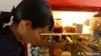 Jihyun Ryou vor einem geöffneten Kühlschrank (Foto: DW / Miriam Klaussner)
