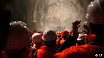 Arbeiter erwarten den Durchbruch im Gotthardtunnel (Foto: AP)