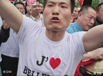 Chinesen protestieren in Belleville; ein Chinese trägt ein T-Shirt mit der Aufschrift: Ich liebe Belleville