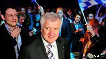 Seehofer (2.v.l.) neben dem Bundesvorsitzenden der Jungen Union, Philipp Missfelder (l.) (Foto: dapd)