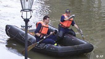 Feuerwehrleute im Schlauchboot