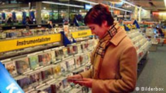 Frau im CD Laden