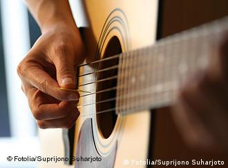 Playing guitar 355632_Suprijono Suharjoto - Fotolia 2006