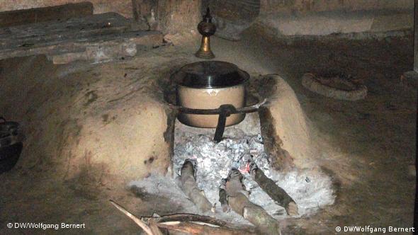 Konventionelles Holzfeuer im Wohnraum zum Kochen im nepalesischen Tiefland