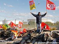 اعتصابکنندگان راههای ورودی به پالایشگاهها را مسدود کردهاند