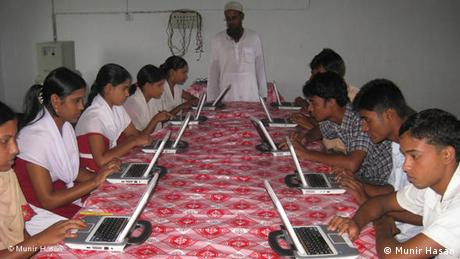 FLASH-GALERIE Solarbetriebene Computer in Bangladesch (Munir Hasan)