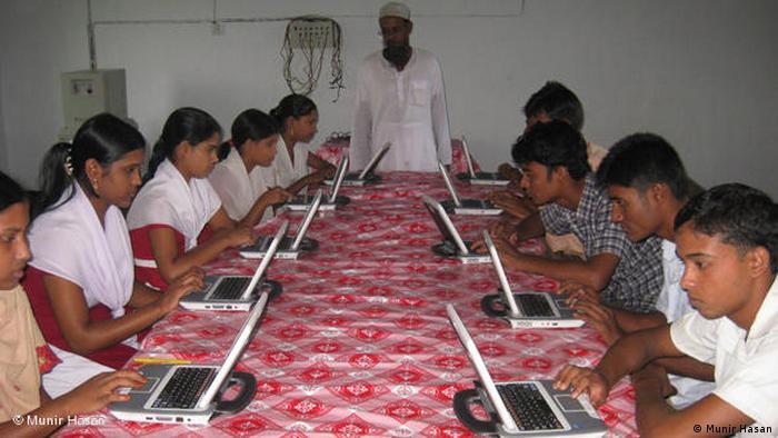 FLASH-GALERIE Solarbetriebene Computer in Bangladesch (Munir Hasan)