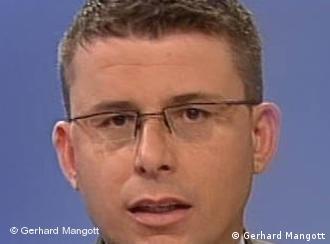 Gerhard Mangott, österreichischer Energieexperte, im Protrait vor hellblauem Hintergrund (Foto: Gerhard Mangott)