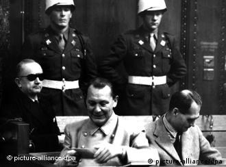 Para gjyqit ish admirali madhor Karl Dönitz, ish marshali i Rajhut, Hermann Göring dhe ish zëvendësi i Hitlerit Rudolf Heß.