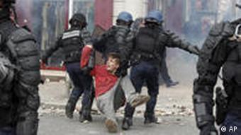 Polizei und Demonstranten in Lyon, Oktober 2010 Foto:(AP Photo / Laurent Cipriani