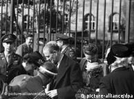 Kontroll nga policia ushtarake para hyrjes kryesore  të pallatit të drejtësisë më 23.09.1946