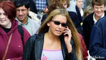 Jugendliche Frau mit Handy