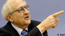 Bundeswirtschaftsminister Rainer Bruederle (FDP) gestikuliert am Donnerstag (21.10.10) in Berlin waehrend einer Pressekonferenz zur Vorstellung der Prognose des Wirtschaftswachstums. Bruederle erwartet Steuersenkungsbeschluesse noch vor 2013. Ich gehe davon aus, dass wir noch in dieser Legislaturperiode Beschluesse dazu fassen, sagte der FDP-Politiker am Donnerstag bei der Vorstellung der neuen Konjunkturprognose der Regierung. (zu dapd-Text) Foto: Michael Gottschalk/dapd